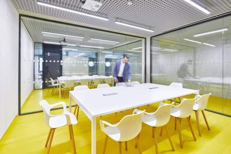 Bílý konferenční stůl a židle - radnice Prahy 7